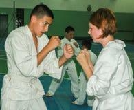 Kyokushin-karate aficionado de la competencia en la región de Gomel de Bielorrusia Imagen de archivo