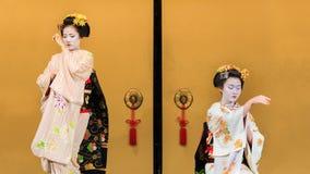 Kyomaidans door Maiko In Kyoto wordt uitgevoerd dat Stock Foto's