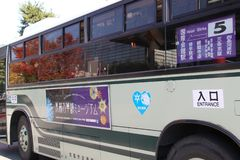 Kyoto = 2010: Ônibus da cidade de Kyoto ao santuário de Heian imagem de stock royalty free