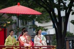 KYOTO - 24 DE JULHO: A menina não identificada da senhorita Kimono na parada do hanagasa em Gion Matsuri (Gion Festival) realizou Imagem de Stock Royalty Free