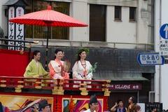 KYOTO - 24 DE JULHO: A menina não identificada da senhorita Kimono na parada do hanagasa em Gion Matsuri (Gion Festival) realizou Imagens de Stock