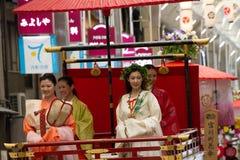 KYOTO - 24 DE JULIO: La muchacha no identificada de Maiko (o la señora de Geiko) en el desfile del hanagasa en Gion Matsuri (fest Fotografía de archivo libre de regalías