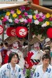 KYOTO - 24 DE JULIO: La muchacha no identificada de Maiko (o la señora de Geiko) en el desfile del hanagasa en Gion Matsuri (fest Foto de archivo libre de regalías