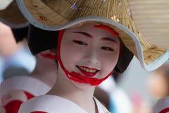 KYOTO - 24 DE JULIO: La muchacha no identificada de Maiko (o la señora de Geiko) en el desfile del hanagasa en Gion Matsuri (fest Fotos de archivo