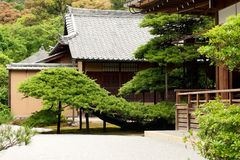 KYOTO - 29 DE MAYO: los edificios del templo de Kinkakuji encendido pueden 29, 2008, Foto de archivo libre de regalías