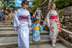 Kyoto, Giappone - due donne e un condimento del piccolo bambino come le geisha che camminano in un tempio a Kyoto, Giappone immagini stock