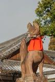 Kyoto, Giappone - 16 gennaio 2017: Statua di Fox al portone di Fushimi Inari Fotografia Stock