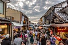 Kyoto, Giappone - il 20 settembre 2018 - locali e turisti che camminano in una strada stretta con i depositi tradizionali in un g immagini stock
