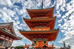 Kyoto, Giappone - il 20 settembre 2018 - turisti e locali che camminano vicino da un grande tempio arancio a Kyoto, Giappone fotografie stock libere da diritti