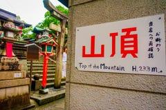 KYOTO, GIAPPONE - 5 LUGLIO 2017: Segno informativo al vist Tori Gate rossa al santuario di Fushimi Inari a Kyoto, Giappone Fotografia Stock