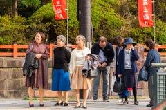 KYOTO, GIAPPONE - 7 NOVEMBRE 2017: Un gruppo di turisti anziani su un'escursione della via della città Copi lo spazio per testo Immagini Stock