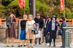 KYOTO, GIAPPONE - 7 NOVEMBRE 2017: Un gruppo di turisti anziani su un'escursione della via della città Copi lo spazio per testo Immagini Stock Libere da Diritti