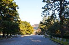 Kyoto Gyoen trädgård och Mt Daimonji i aftonen, Kyoto Arkivbilder