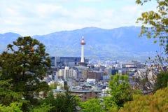 Kyoto horisont och Kyoto torn royaltyfri foto