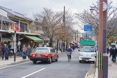 Kyoto, Japão - 3 de dezembro de 2015: Opinião da rua da cidade de Arashiyama, Imagens de Stock Royalty Free