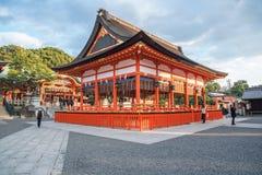 Kyoto, Japão 14 de dezembro de 2015: opinião Tori Gate vermelha em Fushimi fotos de stock royalty free