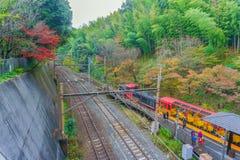 Kyoto, Japão - 3 de dezembro de 2015: Trem romântico de Sakano em Arashi Fotografia de Stock Royalty Free