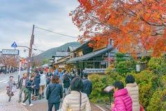 Kyoto, Japão - 3 de dezembro de 2015: Turistas na rua principal no distrito do arashiyama Fotografia de Stock