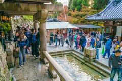 Kyoto, JAPÃO 2 de dezembro: Turista no templo de Kiyomizu-dera em Kyot Imagens de Stock Royalty Free