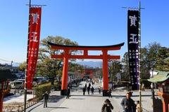 KYOTO, JAPÃO - 14 DE JANEIRO: Uma porta gigante do torii na frente do Ro Fotos de Stock Royalty Free