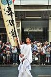 Kyoto, Japão - 17 de julho de 2011: Homem novo japonês que fura o pasto da bandeira Fotos de Stock