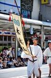 Kyoto, Japão - 17 de julho de 2011: Homem novo japonês que fura o pasto da bandeira Imagens de Stock Royalty Free