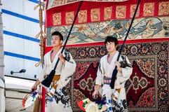 Kyoto, Japão - 17 de julho de 2011: Homens novos japoneses que dirigem o f Imagens de Stock