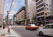 Kyoto, Japão - 24 de julho de 2016 Rua em Kyoto em um dia de verão em julho, no tráfego da rua com carros e no táxi Fotos de Stock Royalty Free
