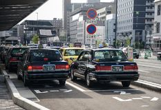 Kyoto, Japão - 24 de julho de 2016 Rua em Kyoto em um dia de verão em julho, no tráfego da rua com carros e no táxi Fotografia de Stock Royalty Free