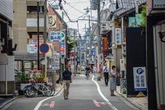 Kyoto, Japão - 24 de julho de 2016 Rua em Kyoto em um dia de verão em julho, povos em uma rua estreita Foto de Stock Royalty Free