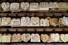 Kyoto, Japão - 17 de maio de 2017: Ema, chapas de madeira pequenas com w Fotografia de Stock
