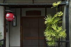 Kyoto, Japão - 17 de maio de 2017: Lanterna de papel vermelha na frente de um r Fotos de Stock