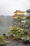 KYOTO, JAPÃO - 10 DE MARÇO DE 2014: Castelo dourado japonês velho, templo de Kinkakuji na neve durante o inverno Imagem de Stock