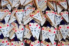 Kyoto, Japão - 31 de março de 2011: Wishi de madeira pequeno do Ema da forma do Fox Fotos de Stock