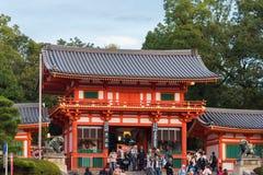 KYOTO, JAPÃO - 7 DE NOVEMBRO DE 2017: Opinião o templo japonês e uma multidão de turistas Copie o espaço para o texto imagem de stock