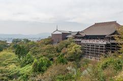 KYOTO, JAPÃO - 9 DE OUTUBRO DE 2015: O alson do templo do santuário de Kiyomizu-dera sabe como o templo puro da água Otowa-san Ki imagem de stock
