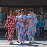 Kyoto, Japão - em maio de 2017: As meninas vestiram-se no quimono que andam na rua de Kyoto Foto de Stock