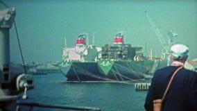 KYOTO, JAPÃO -1972: Guindastes do contentor do oceano de Kyoto e alto - porto da tecnologia video estoque