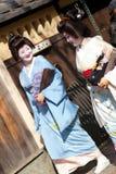 KYOTO, JAPÃO - NOVEMBRO 8, 2011: Duas gueixas Imagem de Stock Royalty Free