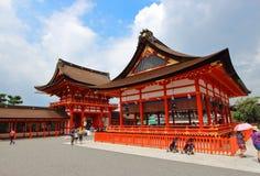 Kyoto, Japón - agosto, 10mo de 2017: Edificios de la entrada principal en la capilla de Fushimi Inari Taisha Colocado en la base  Foto de archivo libre de regalías