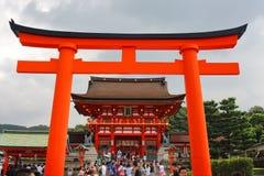 Kyoto, Japón - agosto, 10mo de 2017: Torii de la entrada principal en la capilla de Fushimi Inari Taisha Colocado en la base de l Fotos de archivo libres de regalías