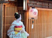 Kyoto, Japón - agosto, 11mo de 2017: Un maiko que sale de una casa de té en la vecindad de Miyagawacho Foto de archivo