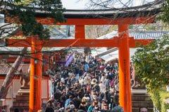 KYOTO, JAPÓN - 11 de enero de 2015: Acercamiento a Fushimi Inari-taisha Shr foto de archivo