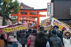 KYOTO, JAPÓN - 11 de enero de 2015: Acercamiento a Fushimi Inari-taisha Shr fotografía de archivo