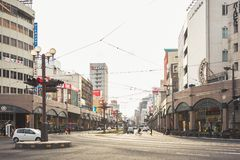 KYOTO, JAPÓN - 29 DE FEBRERO DE 2012: Calle de la ciudad de Kyoto en arquitectura céntrica del edificio Imágenes de archivo libres de regalías