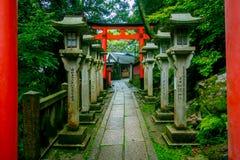 KYOTO, JAPÓN - 5 DE JULIO DE 2017: Puertas de Torii de la capilla de Fushimi Inari Taisha en Kyoto, Japón Hay más de 10.000 Foto de archivo libre de regalías