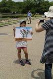 Kyoto, Japón - 21 de mayo de 2017: El niño está mostrando una pintura del Imágenes de archivo libres de regalías