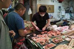 Kyoto, Japón - 22 de mayo de 2017: Preparando y vendiendo f cruda fresca Fotos de archivo libres de regalías
