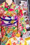 KYOTO, JAPÓN - 7 DE NOVIEMBRE DE 2017: Vista del kimono colorido en la tienda Primer vertical Foto de archivo