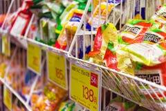 KYOTO, JAPÓN - 7 DE NOVIEMBRE DE 2017: Vista de estantes con las mercancías en la tienda Primer imagenes de archivo